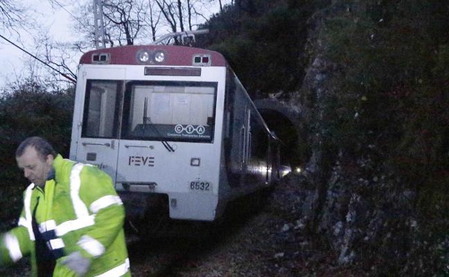 Un tren de Feve descarrila en Parres y la nieve complica el tráfico en la región