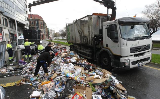 Los bomberos sofocan el incendio en la carga de un camión de reciclaje