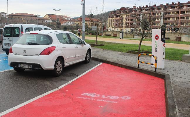 Punto de recarga para coches eléctricos en el parque de El Pelambre