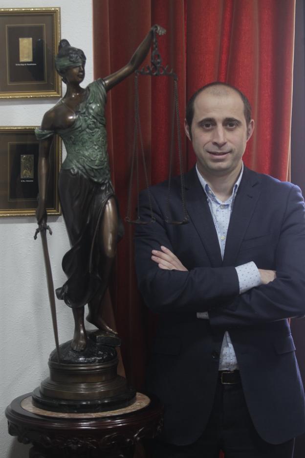 Marcos Óscar Martínez en su despacho de Oviedo. / MARIO ROJAS