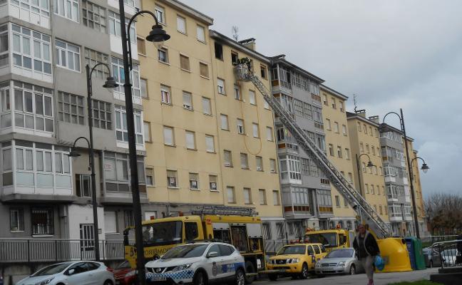 Un herido por inhalación de humo en un incendio declarado en un piso de Avilés