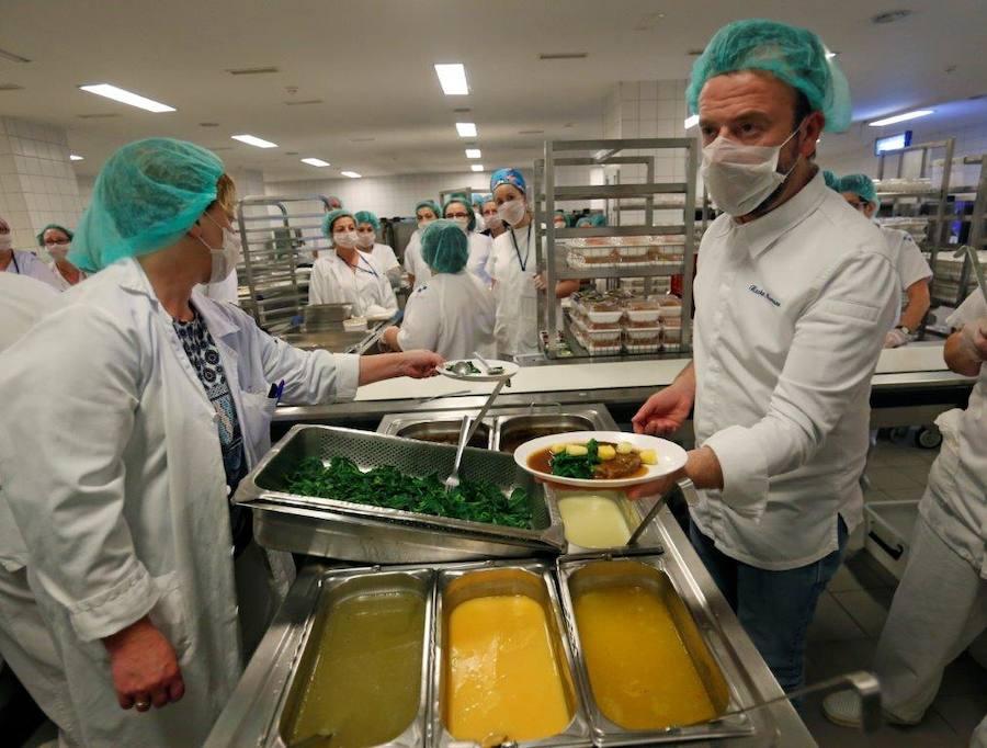Nacho Manzano sirve su menú en el HUCA