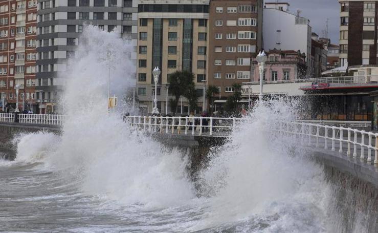 El fuerte oleaje y el granizo, protagonistas en Asturias