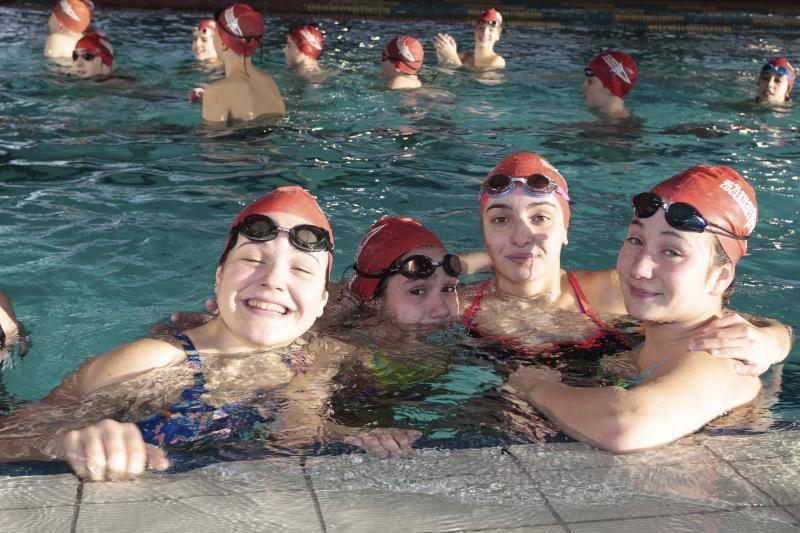 Nadadores solidarios en el Grupo Covadonga