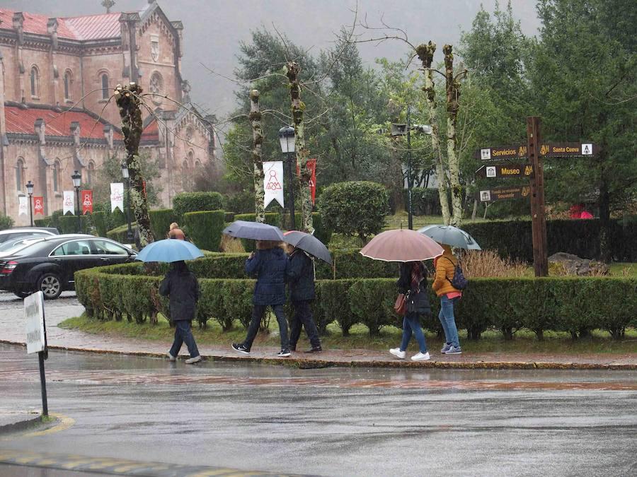 Corte en la carretera de acceso a Los Lagos y paraguas en Covadonga