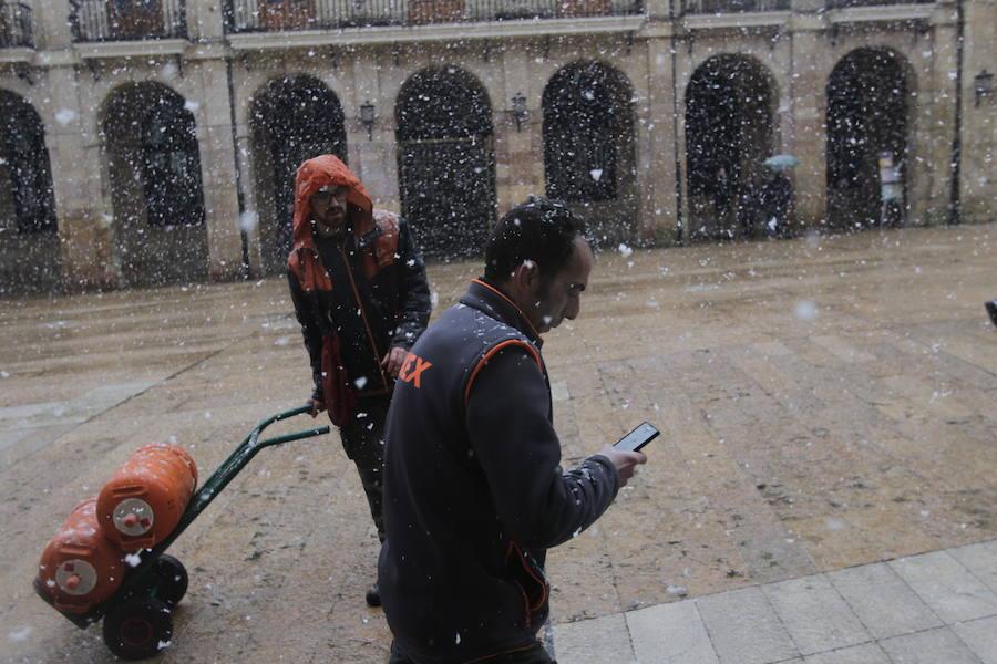 La nieve llega al centro de Oviedo