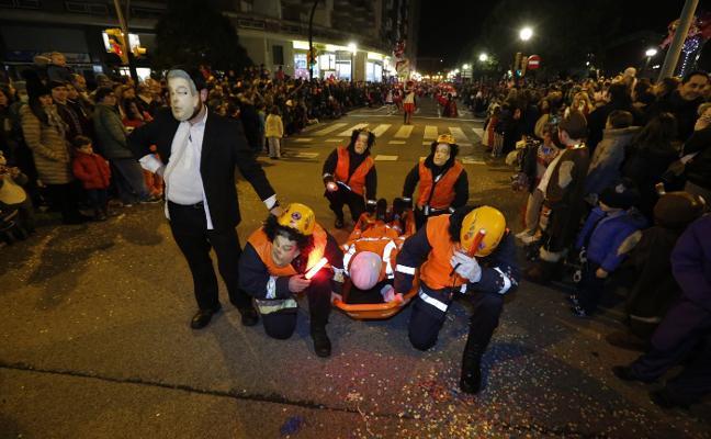 Carnaval de Gijon | Carroza políticamente incorrecta en el desfile de Antroxu
