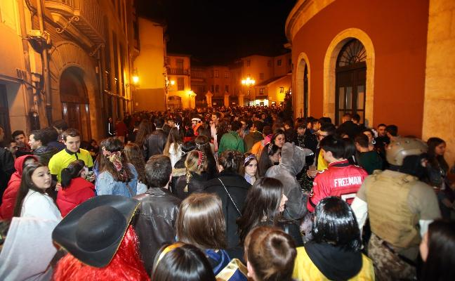 El carnaval de Oviedo toma impulso: «Parecía un día de San Mateo», afirma Rivi