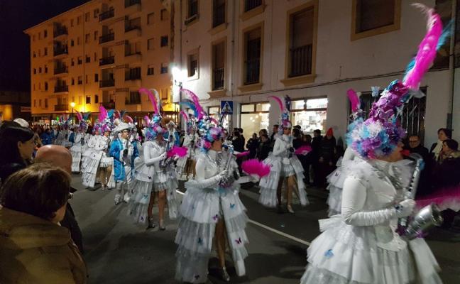 Seiscientos disfraces en el primer desfile de Carnaval de Navia