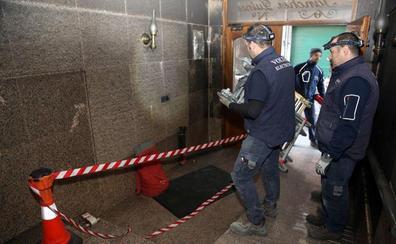 Los técnicos revisan la instalación eléctrica del edificio de El Berrón