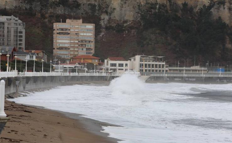 Las imágenes que deja el viento y el fuerte oleaje en Asturias