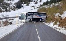 Un autobús patina con las placas de hielo y deja cortado durante hora y media el Puerto de San Lorenzo