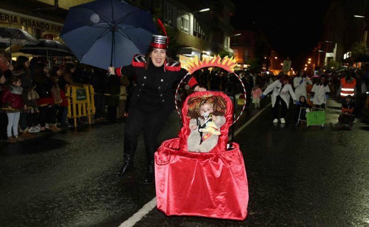 Desfile de color en el Antroxu de Posada de Llanes