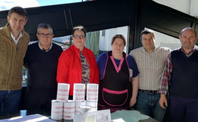 Tazones distribuye huchas en comercios y restaurantes para ayudar a la familia desalojada