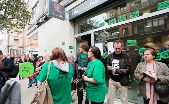 La PAH se encierra en una sucursal bancaria de El Coto para evitar un desahucio