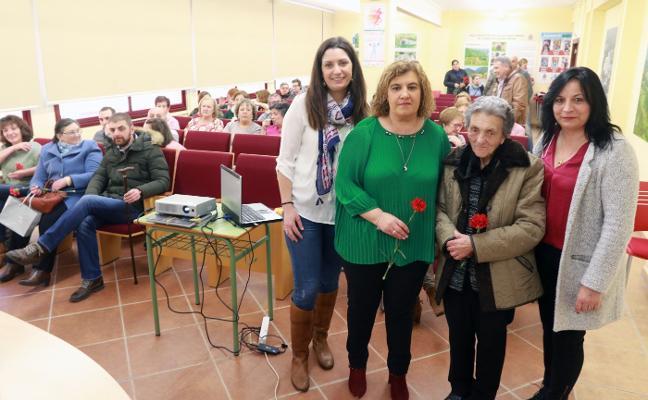 Amada Fernández recibe un homenaje por ser la Mujer del Año de Riosa