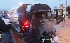 Espectacular incendio de la cabina de un camión en Gijón