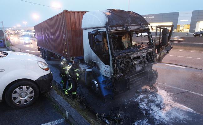 Arde la cabina de una camión en Gijón