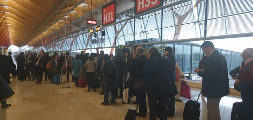 Un fallo en un avión impide el aterrizaje en el aeropuerto de Asturias «porque la pista es muy corta»