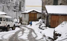 Asturias recibe a la primavera en alerta roja por nevadas de hasta cuarenta centímetros