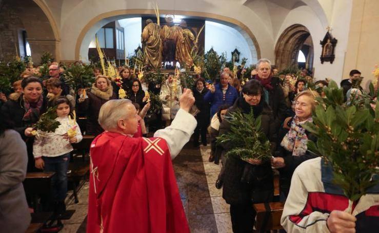 Avilés traslada los ramos al interior de la iglesia