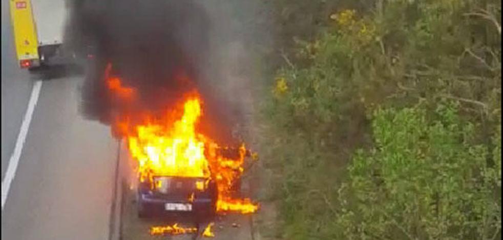Las espectaculares imágenes de un coche ardiendo en la A-8
