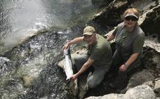 Un avilesino pesca el 'campanu' de Cantabria en el coto de Puente Viesgo