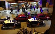 Un hombre vestido con ropa militar entra en un bar de Gijón y corta el cuello a un cliente