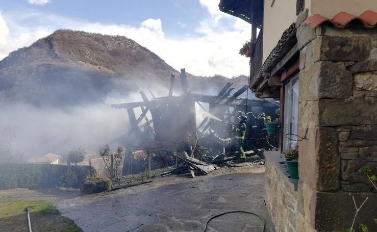Un incendio calcina un hórreo en Caso