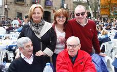 Los políticos y sus compañeros asturianos, fieles a su cita con la Comida en la Calle de Avilés