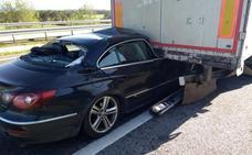 Un coche se empotra bajo un camión en la A-8 en Jarrio y el conductor resulta ileso