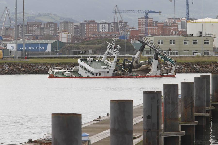 El pesquero 'Saramago' se hunde en El Musel