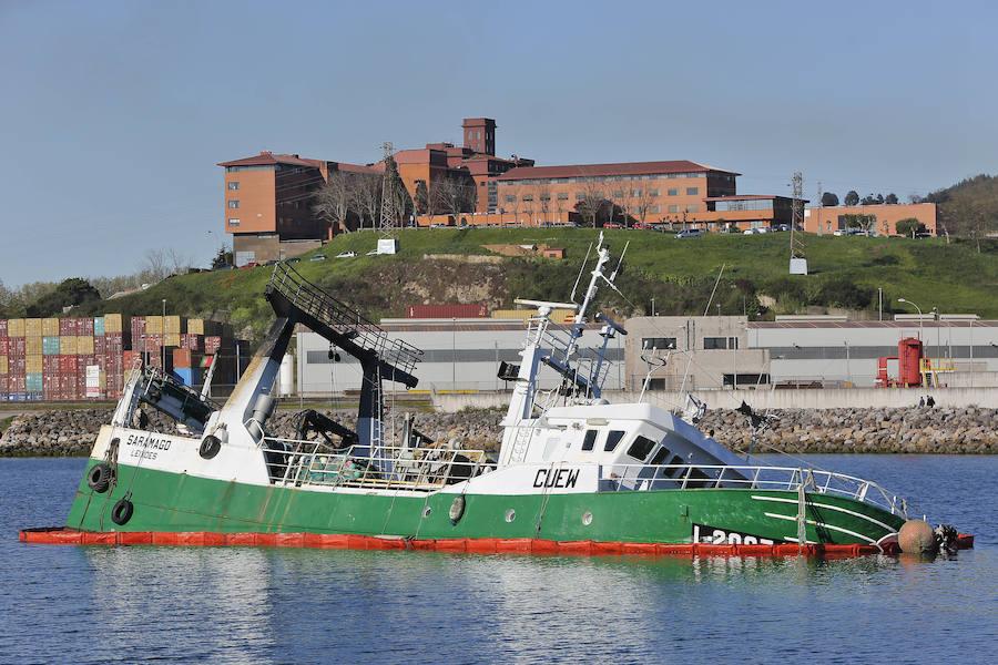 El barco 'Saramago' en el Muelle de la Osa