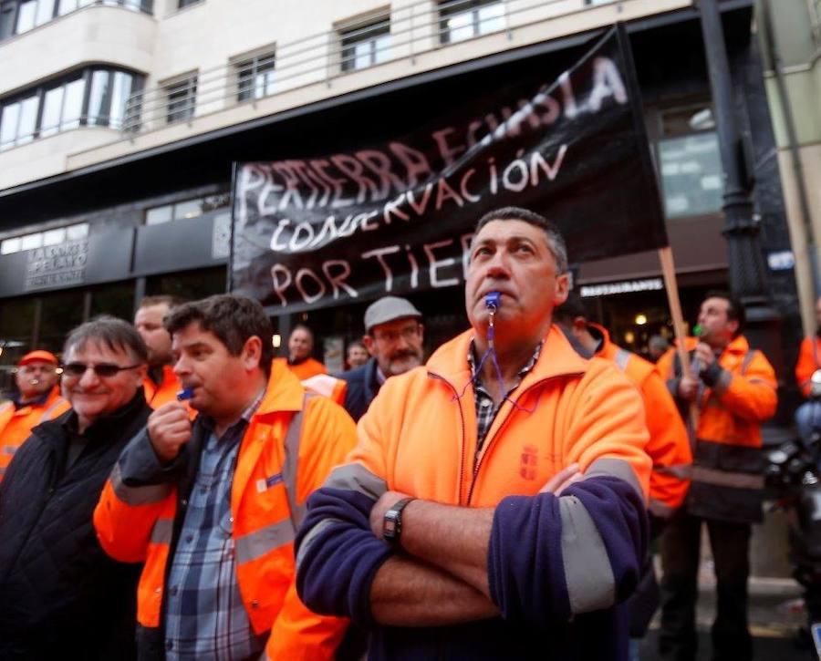 Los trabajadores del mantenimiento de carreteras se manifiestan ante la Junta General del Principado