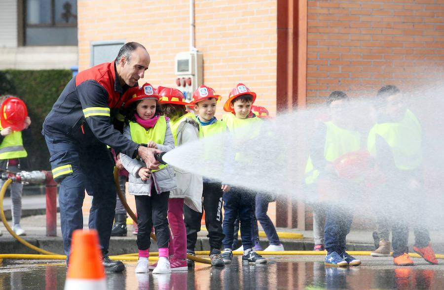 Bomberos por un día en el colegio Fozaneldi de Oviedo