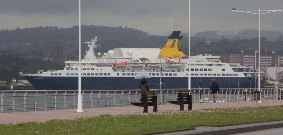 Los pasajeros del 'Saga Pearl II' pasan de puntillas por Avilés y se decantan por excursiones