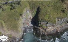 Herido de gravedad tras caer con su todorreno por un acantilado en Navia