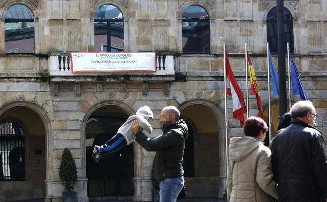 Los concejales del PP e IU en Gijón se desmarcan de sus direcciones y piden el grado de Deportes