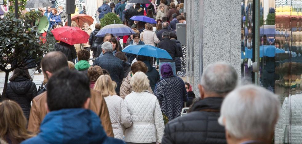 El envejecimiento resta en Avilés cuatrocientos habitantes al año y la emigración otro centenar