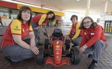La gasolinera de Tremañes gestionada por mujeres, un referente nacional