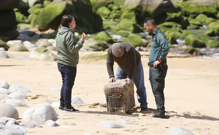 Expectación en la playa de Merón por el hallazgo de un fardo sospechoso