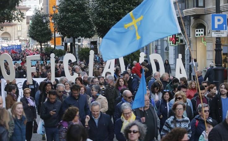 Miles de personas marchan en Oviedo para pedir la oficialidad del asturiano