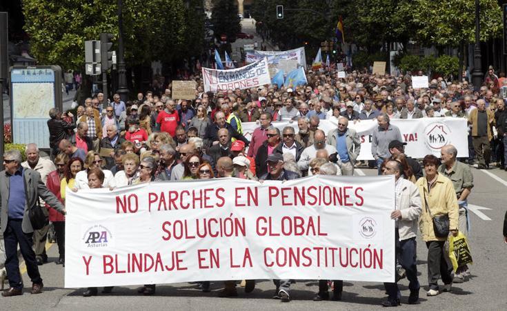 Cerca de 2.000 personas salen a la calle en Oviedo para exigir unas «pensiones dignas»
