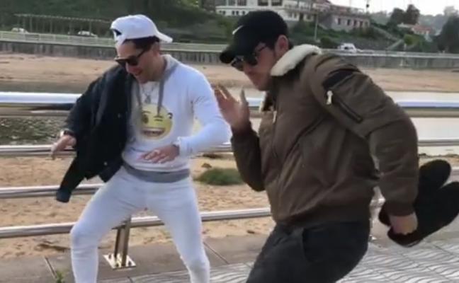 Mario Casas se luce con el baile en Colunga