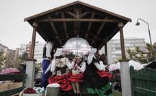 La lluvia desluce el desfile de carrozas de San Isidro