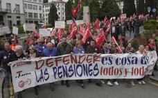 Los pensionistas asturianos vuelven a tomar las calles y rodean el Banco de España en señal de protesta