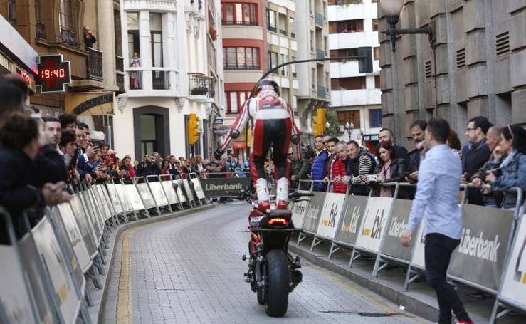 Rugidos y acrobacias en Gijón para presentar el Motoweekend