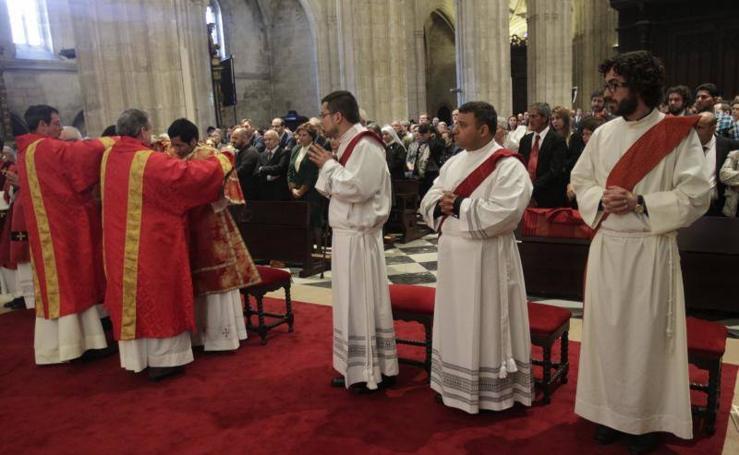 El arzobispo de Oviedo ordena en la Catedral a tres nuevos sacerdotes