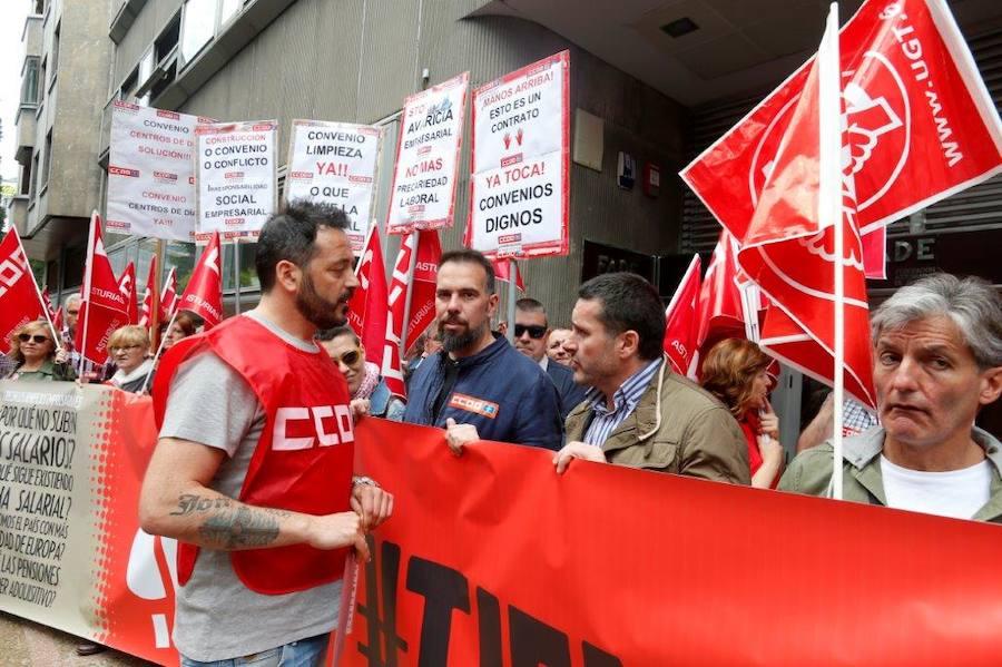 Concentración a las puertas de la FADE para reclamar la subida de los salarios