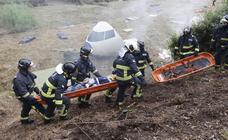 Una catástrofe aérea y 30 incendios forestales ponen a prueba a los servicios de emergencia